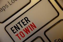 Показ знака текста входит в для того чтобы выиграть Схематические фото награждают приз вознаграждением, который дали для посещени Стоковая Фотография