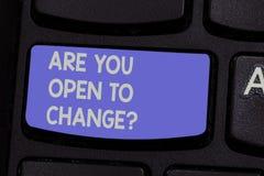 Показ знака текста вы открытые для Changequestion Схематическое фото говорит нам если ваш разум открыт для клавиши на клавиатуре  стоковые фотографии rf