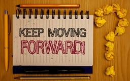 Показ знака текста держит двинуть вперед мотивационный звонок Схематический прогресс оптимизма фото упорно добиваться блокнот дви стоковые изображения