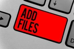 Показ знака текста добавляет файлы Схематическое фото для установки больше информации к некоторым персоне, вещи, или клавиатуре к Стоковая Фотография RF