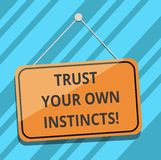 Показ знака текста доверяет вашим собственным инстинктам Схематическое фото интуитивное следовать demonstratingal пробелом довери иллюстрация штока