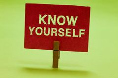 Показ знака текста знает Схематическое фото находит вы понимая зажимка для белья идентичности прочности и слабостей держа красный стоковые изображения