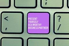 Показ знака текста представляет как достойный деловой партнер Введение схематического фото хорошее себя клавиатура стоковые изображения rf