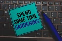 Показ знака текста тратит некоторый садовничать времени Схематическое фото Relax засаживая кнопку овощей плодоовощей цветков есте стоковая фотография rf