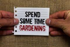 Показ знака текста тратит некоторый садовничать времени Схематическое фото Relax засаживая человека овощей плодоовощей цветков ес стоковые фотографии rf