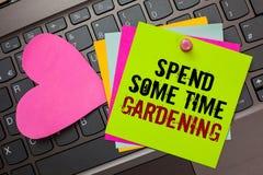 Показ знака текста тратит некоторый садовничать времени Схематическое фото Relax засаживая wri овощей плодоовощей цветков естеств стоковое фото