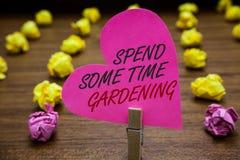 Показ знака текста тратит некоторый садовничать времени Схематическое фото Relax засаживая пинк владением Paperclip овощей плодоо стоковое фото rf
