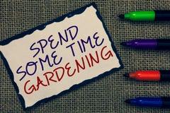 Показ знака текста тратит некоторый садовничать времени Схематическое фото Relax засаживая синь овощей плодоовощей цветков естест стоковая фотография rf