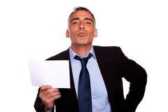 показ карточки бизнесмена содружественный старший стоковые фото