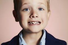 Показ мальчика которому он потерял первый зуб молока стоковая фотография rf