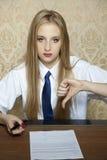 Показ молодой женщины что контракт плох стоковое изображение