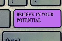 Показ примечания сочинительства верит в вашем потенциале Верование фото дела showcasing в YourselfUnleash ваши возможности стоковая фотография rf