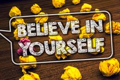 Показ примечания сочинительства верит в себе Timbered верование веры доверия смелости позитивности определения фото дела showcasi стоковая фотография rf