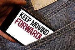 Показ примечания сочинительства держит двинуть вперед мотивационный звонок Прогресс оптимизма фото дела showcasing упорно добиват стоковое фото rf