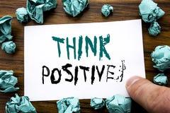 Показ текста объявления почерка думает позитв Концепция дела для ориентации позитивности написанной на липкой бумаге примечания,  стоковые фото