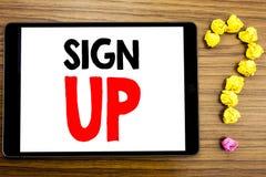 Показ текста сочинительства подписывает вверх Концепция дела для регистрации регистра члена написанной на планшете на деревянном  стоковые фотографии rf