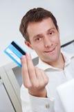 показ человека кредита визитной карточки Стоковая Фотография RF