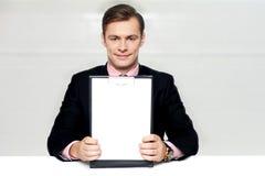 показ человека пустого clipboard корпоративный Стоковые Изображения RF