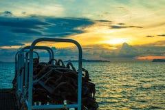 Покатые следы от корабля на заходе солнца в море Стоковое Изображение RF