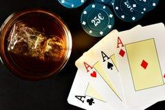 Покер, виски и деньги Стоковая Фотография