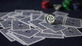 покер Карточки разбросаны вокруг таблицы видеоматериал