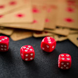 Покер кости играя в азартные игры на крупном плане таблицы казино Стоковая Фотография RF