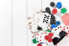 Покер средств массовой информации блога столба социальный Модель-макет плана шаблона знамени для онлайн казино Деревянная белая т стоковое фото