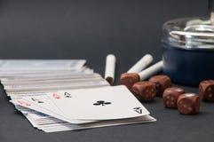 Покер тузов и деревянной кости с ashtray и сигаретами на a Стоковое Фото