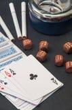 Покер тузов и деревянной кости с ashtray и сигаретами на a Стоковая Фотография RF
