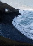 Покинутая береговая линия с покинутым зданием Стоковая Фотография