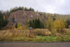 Покинутая деревенская церковь, на фоне леса осени на пасмурный день Стоковое Фото