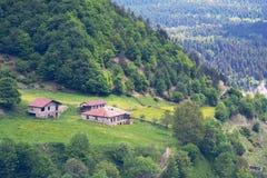 Покинутая деревня горы малая среди зеленых выгонов Стоковое фото RF
