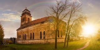 Покинутая католическая церковь на холме на заходе солнца стоковое фото