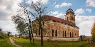 Покинутая католическая церковь на холме стоковое изображение