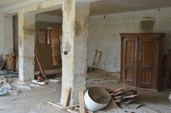 Покинутая комната с отбросом и никудышными вещами стоковые фото