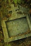 покинутая надгробная плита стоковое фото