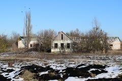 покинутая дом Старая структура детского сада Зима на покинутых зданиях Стоковое Фото