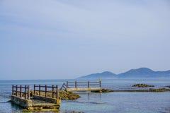 Покинутая дорожка с предпосылкой океана в Японии Стоковые Изображения RF