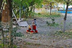 Покинутая лошадь мягкой игрушки тряся в дворе в Волгограде стоковые изображения rf