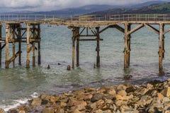 Покинутая пристань на Trefor, северном Уэльсе стоковая фотография rf