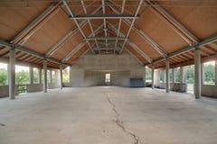 Покинутая строительная площадка с левой стороной над материалами в зале Стоковые Изображения