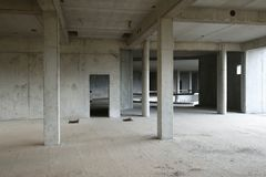 Покинутая строительная площадка с чуть-чуть бетонными стенами Стоковое Изображение
