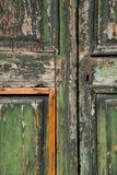 покинутая текстурированная старая двери Стоковое Фото