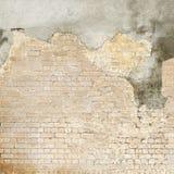 Покинутая треснутая grunge стена штукатурки кирпича Стоковые Фото