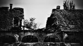 Покинутая тюрьма с старой сломанной крышей стоковые фото
