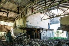 Покинутая фабрика, внутренняя большая мастерская Стоковая Фотография RF