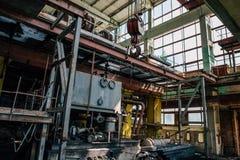 Покинутая фабрика внутри интерьера с оборудованием, железным снаряжением, трубами Стоковое Изображение