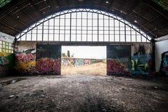 Покинутая фабрика, разрушенная с граффити на стенах Стоковые Изображения RF