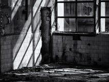 Покинутая фабрика - разрушенные стены и окна Стоковые Изображения RF