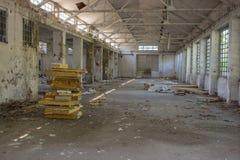 Покинутая фабрика с треснутыми стенами 3 стоковые изображения